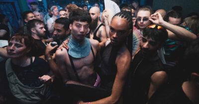 Homoelectric crowd